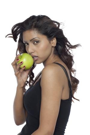 青リンゴを保持している女性のクローズ アップ画像 写真素材