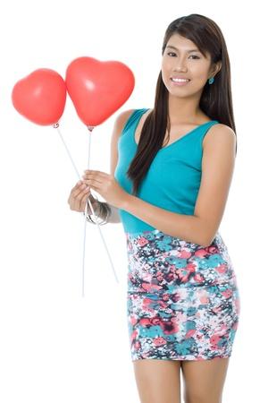 palloncino cuore: Sorridente donna azienda palloncino cuore san valentino