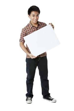 Asian Teenager Man hält eine weiße illustration board isoliert auf Standard-Bild - 17391461