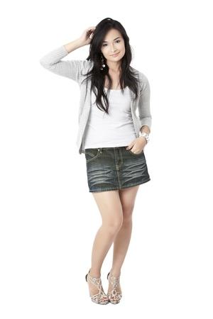 Volledige lengte portret van een mooie en gelukkige vrouwelijke model geïsoleerd op een witte achtergrond