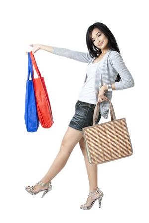 compras compulsivas: Hermosa planteamiento de un modelo de mujer con bolsas de moda y compras Foto de archivo
