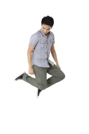 knees bent: Ritratto di un giovane maschio con due ginocchia piegate che galleggia in uno sfondo bianco