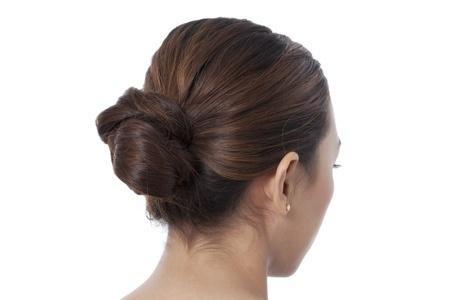 aretes: Cerrado de tiro de la mujer coiffure con el bollo aislado en un fondo blanco
