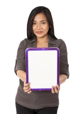 leeg bord: Een close-up portret van een jonge vrouw die een lege raad over de witte achtergrond