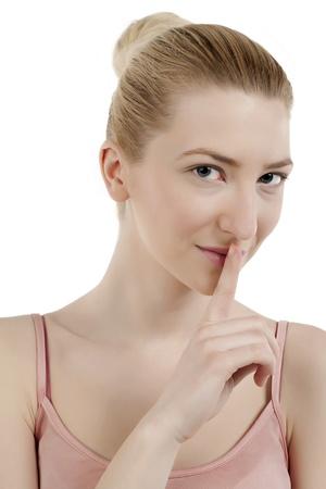 keep silent: Close-up immagine della bella signora in un gesto di silenzio isolato su uno sfondo bianco