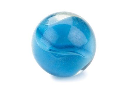白い背景に分離した青い大理石ボールの作品のクローズ アップ画像