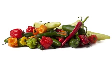 chiles picantes: Grupo aislado de una variedad de chiles que mienten sobre un fondo blanco