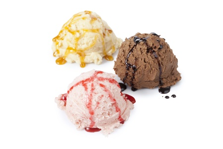 eis: Creamy scoops of chocolate, vanilla, and strawberry ice creams with syrups Stock Photo