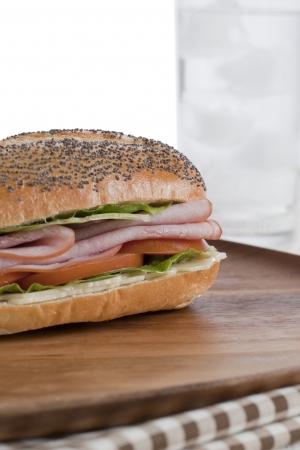 クローズ アップは、木製のテーブルの上のハムのサンドイッチの画像をトリミング