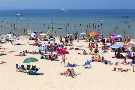 해변에서 사람들의 이미지.