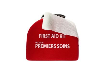 first aid box: Caja de primeros auxilios con una venda blanca aparece sobre fondo blanco.
