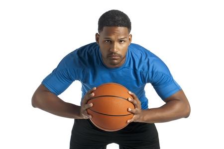 aieron: Ritratto di uomo nero in procinto di passare la palla in un'immagine vista frontale