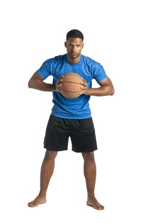 aieron: Ritratto di un giocatore di basket in procinto di passare la palla isolata su una superficie bianca