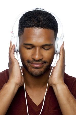 aieron: Facciata colpo di un uomo nero che ascolta la musica attraverso le sue cuffie