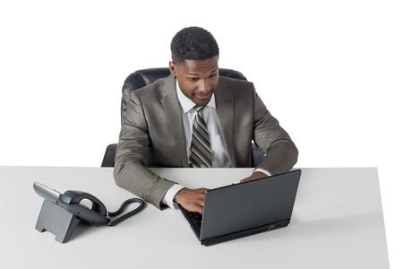 aieron: Ritratto di uomo d'affari di lavoro sul suo computer portatile su sfondo bianco