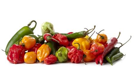 spicey: Close-up immagine di assortiti messicano salsa verdure peperoni situata su uno sfondo bianco