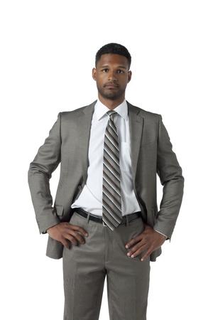 aieron: Ritratto di un uomo d'affari nero in tuta guardando la telecamera sopra la superficie bianca Archivio Fotografico