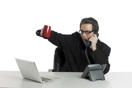 empresario enojado: Imagen de un hombre de negocios enojado gritando mientras habla con el tel�fono en un fondo blanco