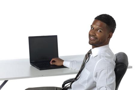 aieron: Ritratto di sorridente e fiducioso affari nero con il computer portatile su sfondo bianco