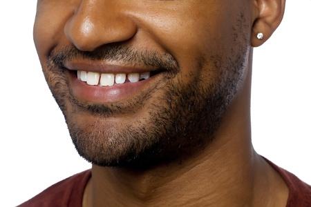 aieron: Close-up immagine ritagliata del volto dell'uomo con un sorriso isolato sulla superficie bianca Archivio Fotografico