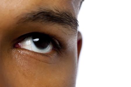 aieron: Close-up immagine dell'occhio sinistro uomo scuro di alzando lo sguardo su una superficie bianca