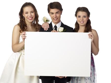 幸せな 10 代のプロムの夜にホワイト ボードを保持のクローズ アップ イメージ