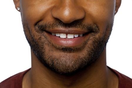 aieron: Ritagliare l'immagine di uomo 'faccia attenzione le labbra e il naso sorridenti su una superficie bianca