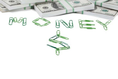 fournitures scolaires: L'argent Verbe fait de trombones, et un tas de dollars dispos�s sur un fond blanc