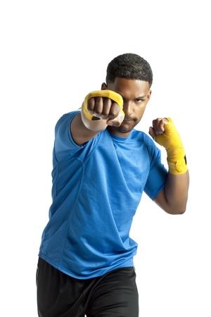 aieron: Facciata colpo di punzonatura boxer maschio su uno sfondo bianco