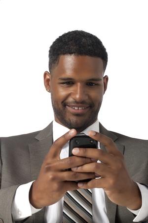 aieron: Ritratto di sorridente nero uomo d'affari americano mentre texting su sfondo bianco