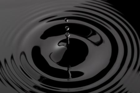 rimpeling: Close-up beeld van een zwarte waterrimpeling