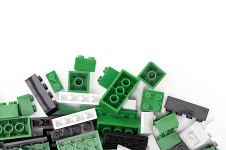 흰색 배경 위에 레고의 다채로운 블록