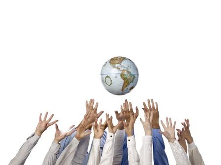 apoyo social: Manos multiétnicas llegar a la bola mundo