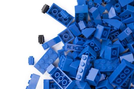 白い背景の上に散在青いレンガ 写真素材