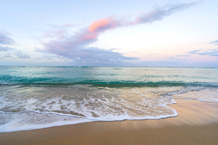 Pastel Sunrise of Waikiki beach, Hawaii. Beautiful pink and turquoise colors. Imagens