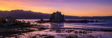 Purple and Pink Sunset Panorama at Mono Lake showing the Tufa Towers, Lee Vining, California Imagens