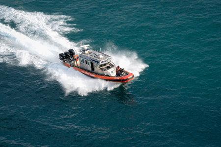Port Everglades, Ft. Lauderdale - March 17, 2019: United States Coast Guard boat patrols Port Everglades, Florida 新闻类图片