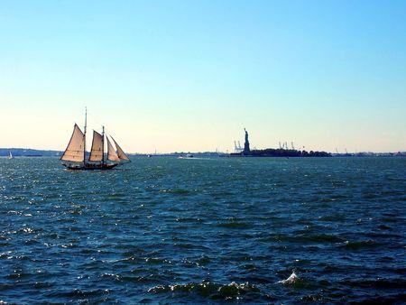 liberty island: barca a vela libert� Island, New York  Archivio Fotografico