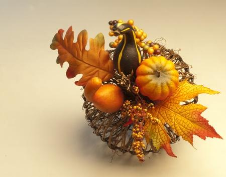 erntekorb: Herbst Ernte Korb h�lt k�nstlichen K�rbisse, K�rbisse und Bl�tter.