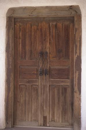 スペインの錬鉄の詳細と木製二重扉。ドアだけの写真です。うまく設計されたとよく組み込まれてドアが表示されます、下の扉の半分は長年にわた