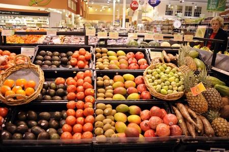 新鮮なフルーツなど avacados、オレンジ、グレープ フルーツ、および 1 つの買物客と市場の内部が表示されます。