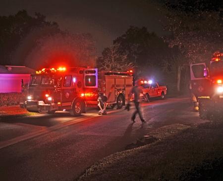 소방차 인해 오븐에서 화재에 도움을 911 호출에 응답했습니다. 연기가 밖으로 맑게 된 후에 소방관들은 보호 복을 제거하고 떠날 준비했다. 에디토리얼