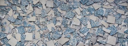Texture de carreaux cassés. Fond de fragments de vieux plancher rétro cassé. Concept pour la rénovation et la modernisation des planchers et carrelage.