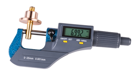 Micromètre numérique et pièce en métal brillant. Gros plan de la mesure d'une pièce métallique en bronze et laiton par le dispositif de mesure précis avec un affichage vert. Isolé sur fond blanc.