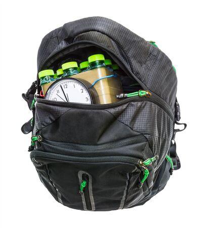Detalle de bomba de tiempo. Dispositivo explosivo improvisado en mochila aislado sobre fondo blanco. Bomba de relojería hecha en casa en el interior del equipaje negro con cremallera abierta. Arma para crimen terrorista violento o ataque suicida.