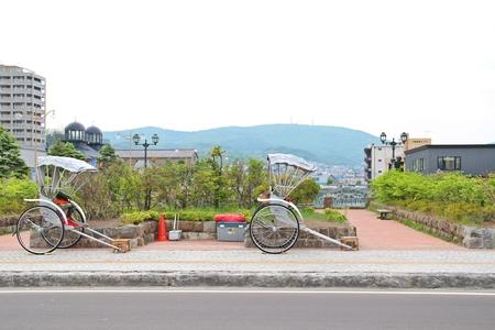 rikscha: Japanische alten Stil Taxi Arbeitskräfte mit dem Wagen zu ziehen, die so genannte Rikscha Lizenzfreie Bilder