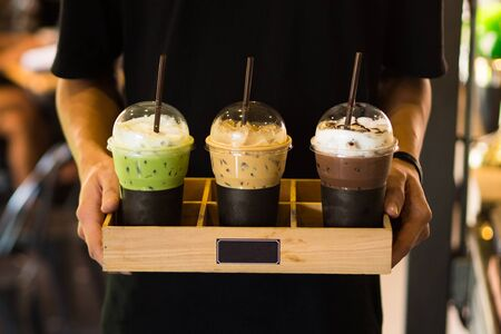 Men holding Beverage drinks ready to serve,cafe style,green tea ,coffee,chocolate 免版税图像 - 131880677