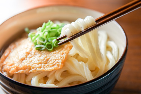 Kitsune udon. Japanese food. 版權商用圖片
