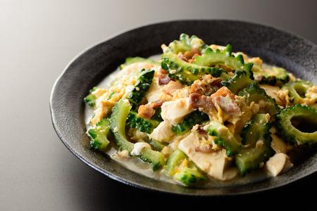 Goya chanpuru. Mescolare melone mescolare friggere con tofu, carne e uovo. Archivio Fotografico - 84049988