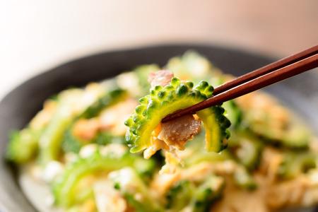 Goya chanpuru. Bittere meloen roerbak met tofu, vlees en eieren.